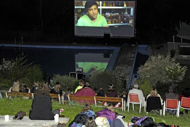 Kinofans genießen Filmabend unter freiem Himmel