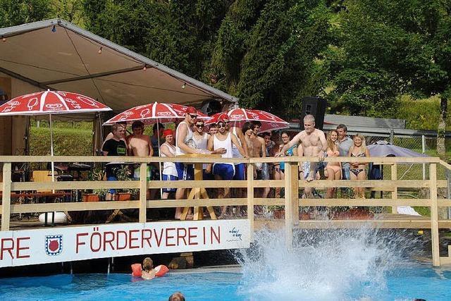 Spritziges Vergnügen bei Jubiläums-Pool-Party