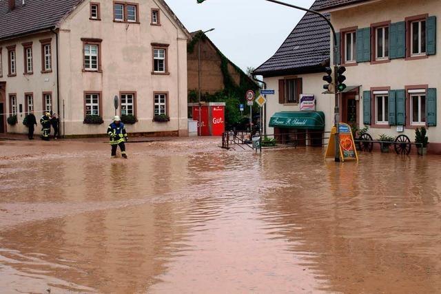 Starkregen hat Straßen in reißende Bäche verwandelt