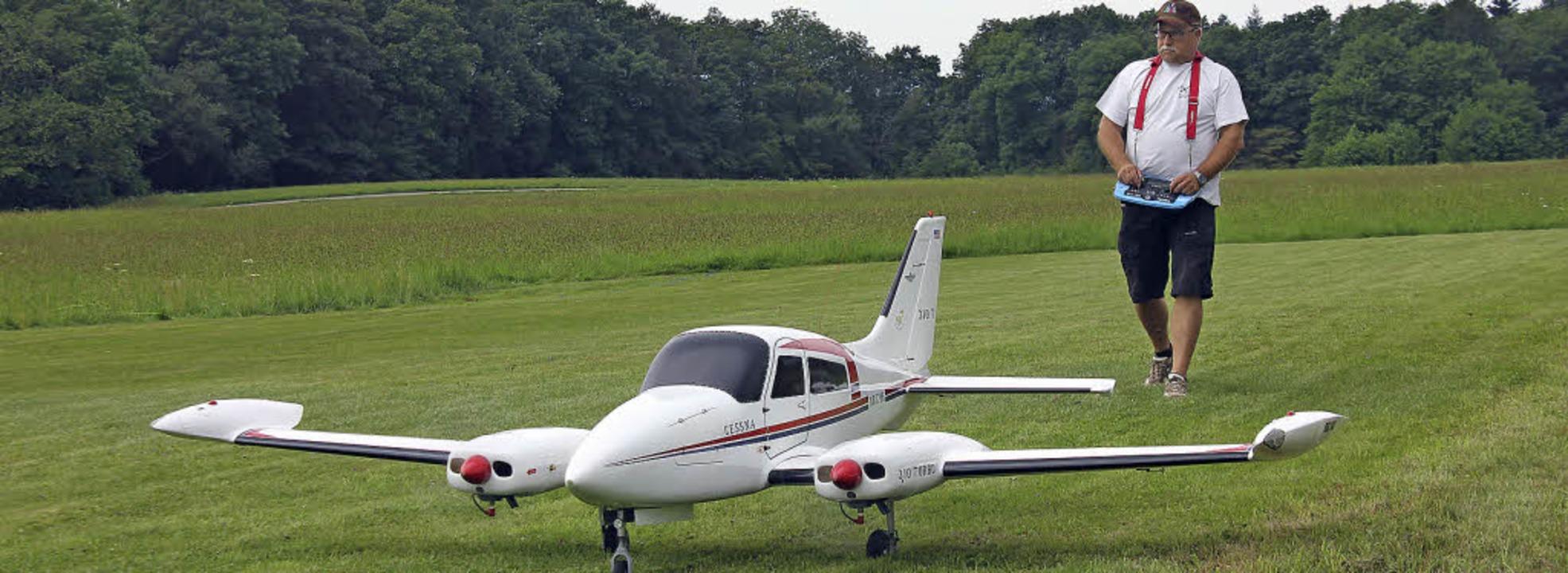 Eine zweimotorige Cessna mit einer Spa...rn brachte ein Gastpilot aus Wehr mit.  | Foto: Rita Freidl