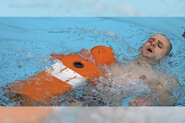 DLRG schwimmt gegen den Regen an