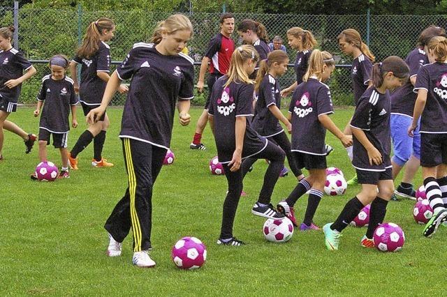 Mädchen bleiben am Ball