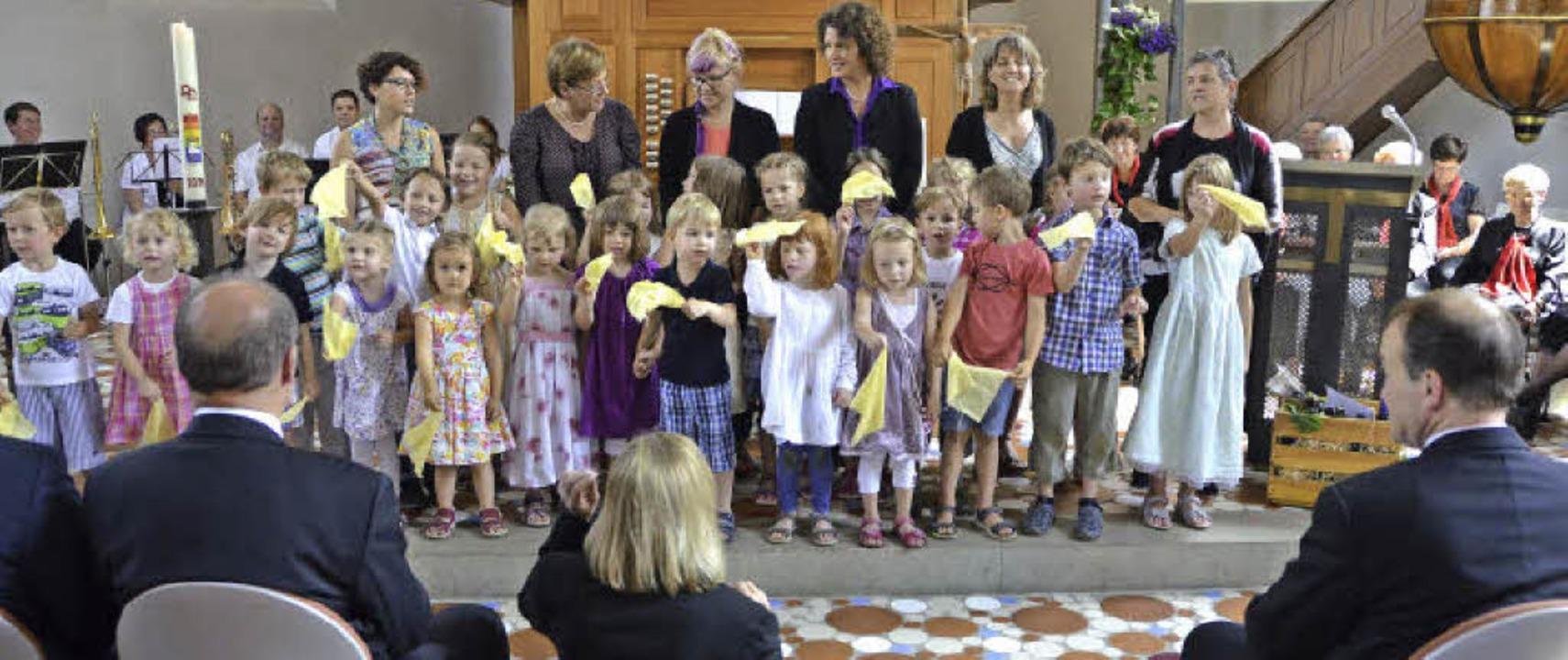 Die Kinder und Betreuerinnen des evang...ger Kirche für musikalische Ständchen.  | Foto: manfred frietsch