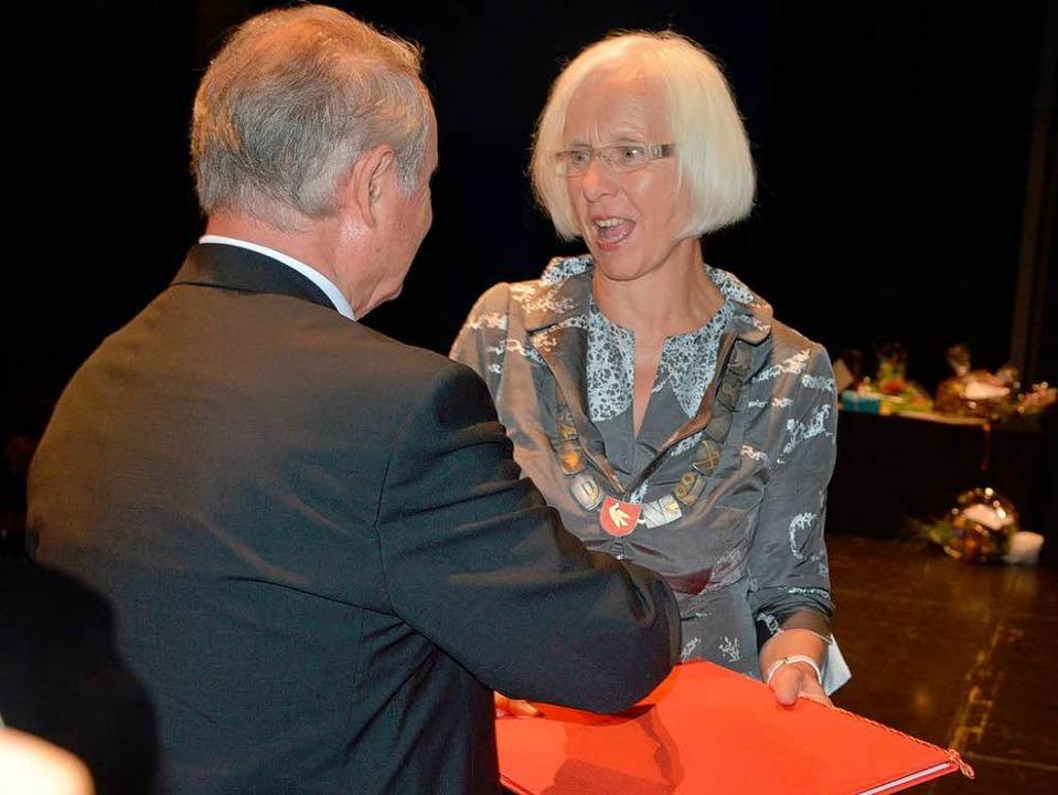 Der frühere Stadtrat Werner Lacher übe... Heute-Bluhm mit der Ehrenbürgerwürde.  | Foto: Barbara Ruda
