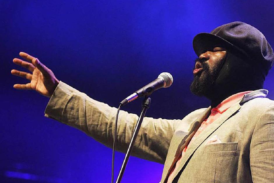 Die Ballonmütze tief im Gesicht, die Augen geschlossen: Jazzsänger Gregory Porter. (Foto: Wolfgang Grabherr)