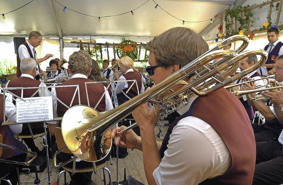 Gleich mehrere Musikvereine (im Bild d...kalische Unterhaltung beim Haxenfest.   | Foto: J. Schweizer