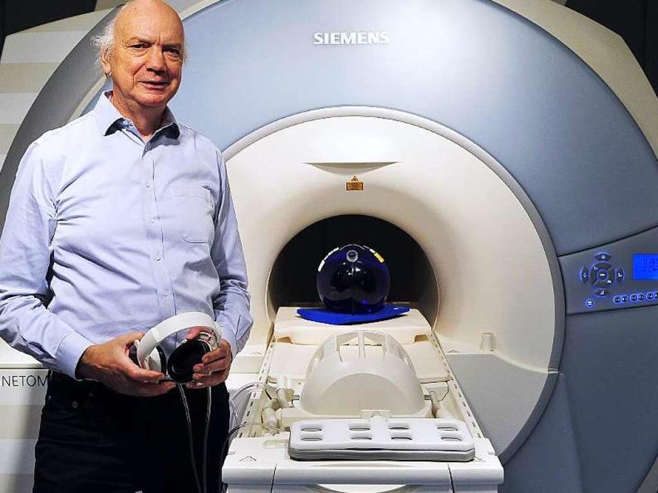 Der Erfinder und sein Baby: Jürgen Hen... mitentwickelten Kernspintomographen.   | Foto: Kunz