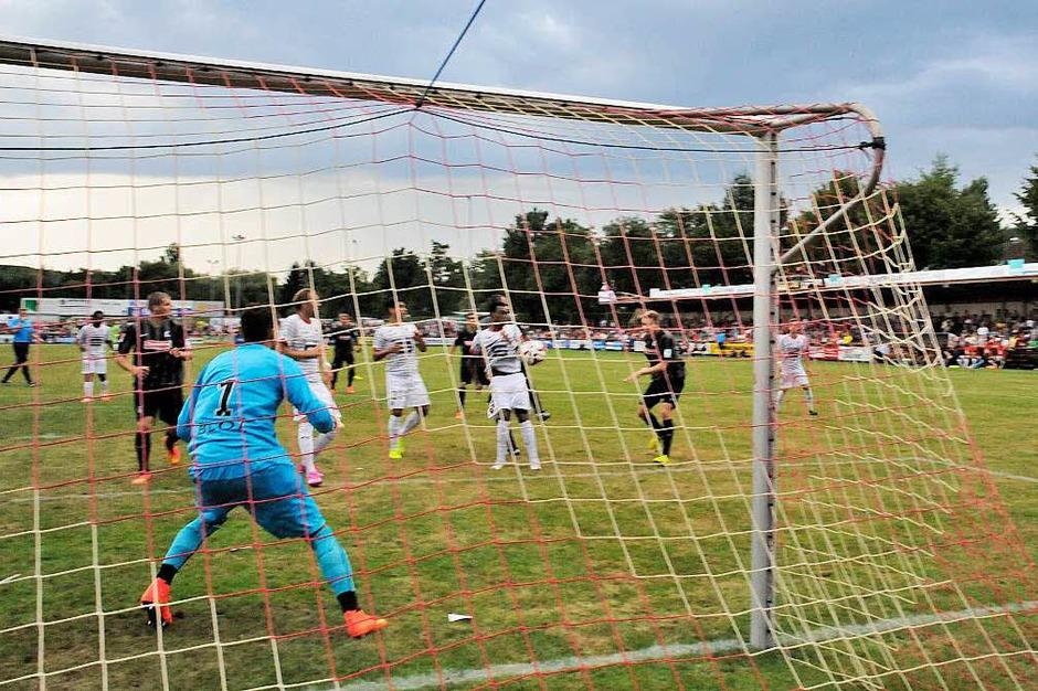 Das freut die Ausrichter - interessanter Fußball vor voller Kulisse (Foto: Markus Zimmermann               )
