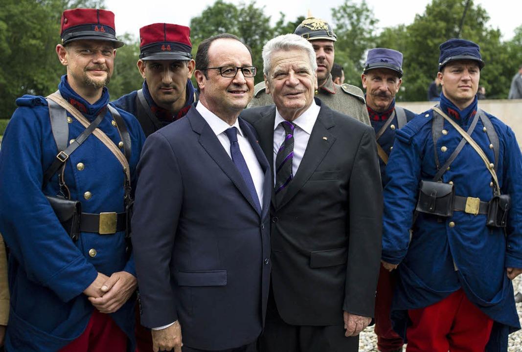 Freundschaftbezeugung über dem Masseng... Gruppenfoto in historischen Uniformen    Foto: AFP