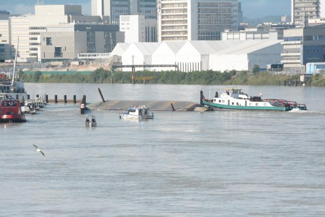 Rhein bei Basel: Zwei Schiffe kollidieren mit gekentertem Frachter