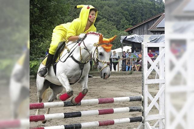 Wehende Röcke und Pferde mit Hut