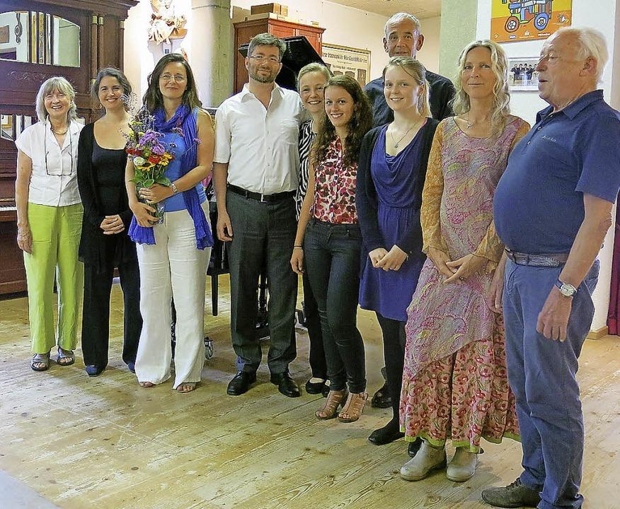 Die Gesangssolisten mit Frauke Hofmann im Orgelbauersaal nach dem Konzert.   | Foto: ZVG