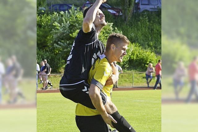Junge Fußballer halten