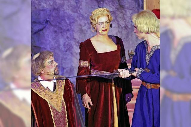 Schauspieler lassen Geschichte im Steinbruch lebendig werden