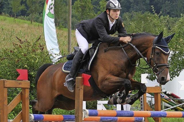 Tobias Schwarz feiert im S-Springen einen Doppelsieg