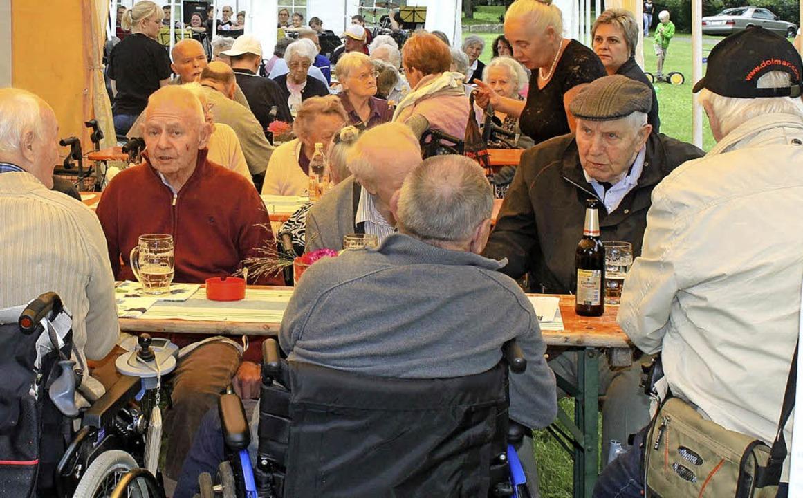 Auch die Bewohner des Seniorenheims Em...e ebenfalls mitgestalteten Sommerfest.  | Foto: Albert Greiner