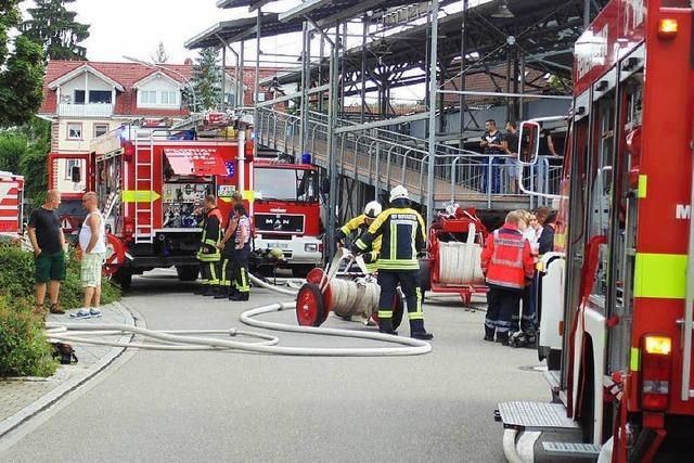 80 Retter bekämpfen Brand in einer Tiefgarage