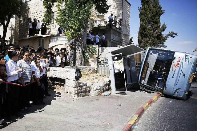 Palästinensischer Baggerfahrer rammt Bus und tötet Israeli