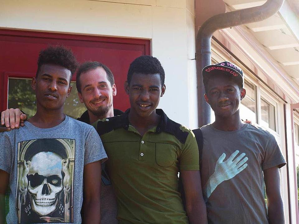Ahmed aus Somalia, Abdarachman aus Mal...ndrick Porteous unterstützt sie dabei.  | Foto: ZVg