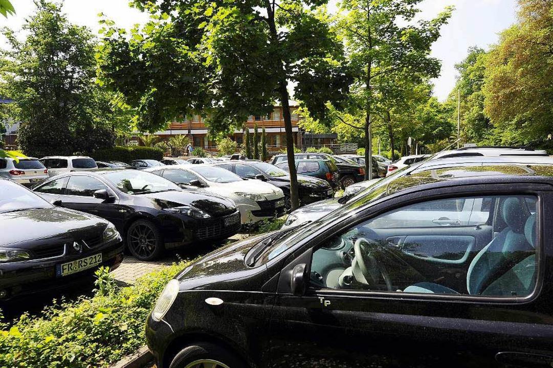 Die Parkplätze vor dem Eugen-Keidel-Ba...ind rar, eine neue Anlage ist geplant.  | Foto: Ingo Schneider