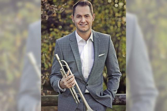 Der Wittlinger Trompeter Kevin Pabst spielt bei Open-Air-Modenschau