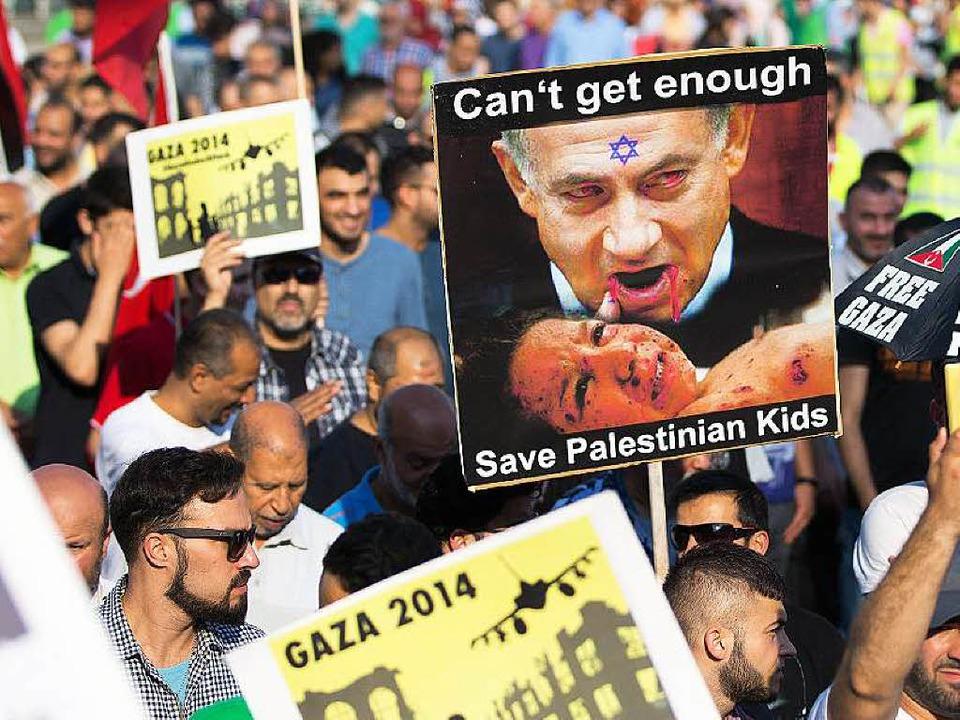 In die Proteste gegen Israel mischten sich vielerorts  antisemitische Töne.   | Foto: DPA