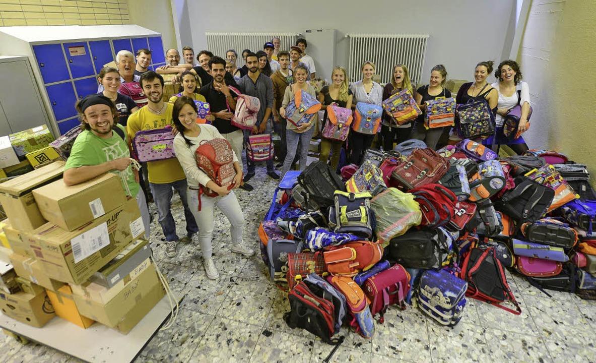 Zwischen Schultaschen und Essenspakete...es St.-Ursula-Gymnasiums gemeinsam an.  | Foto: Ingo Schneider
