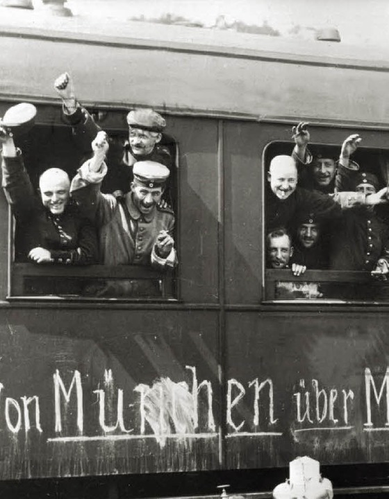 Jubelnde Soldaten im Zug   | Foto: dpa