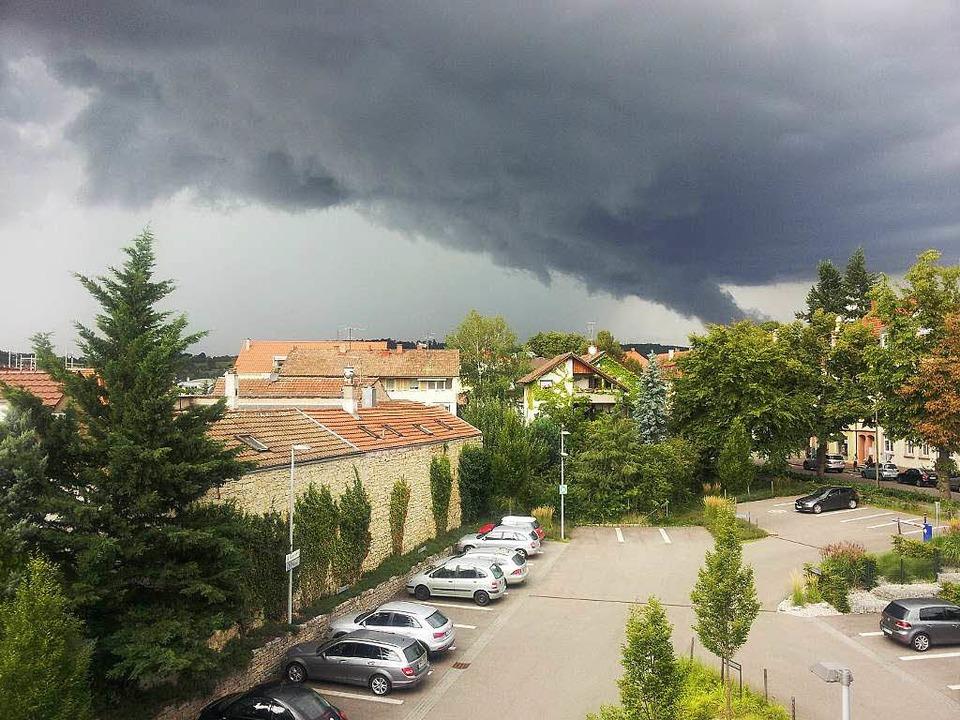 Das Unwetter vom 7. August, 17 Uhr, üb... Dietmar Senn von Lörrach aus gesehen.  | Foto: privat