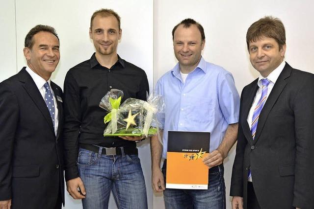 Volksbank verleiht Preis an FC Simonswald
