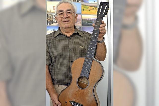 Die Gitarre von 1914 ist sein Begleiter