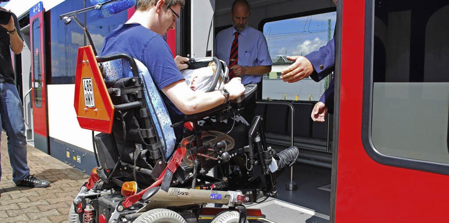 Oskar Sommer vom Behindertenbeirat Lör...e Benutzer der Rollstuhlfahrer-Rampe.   | Foto: Mink