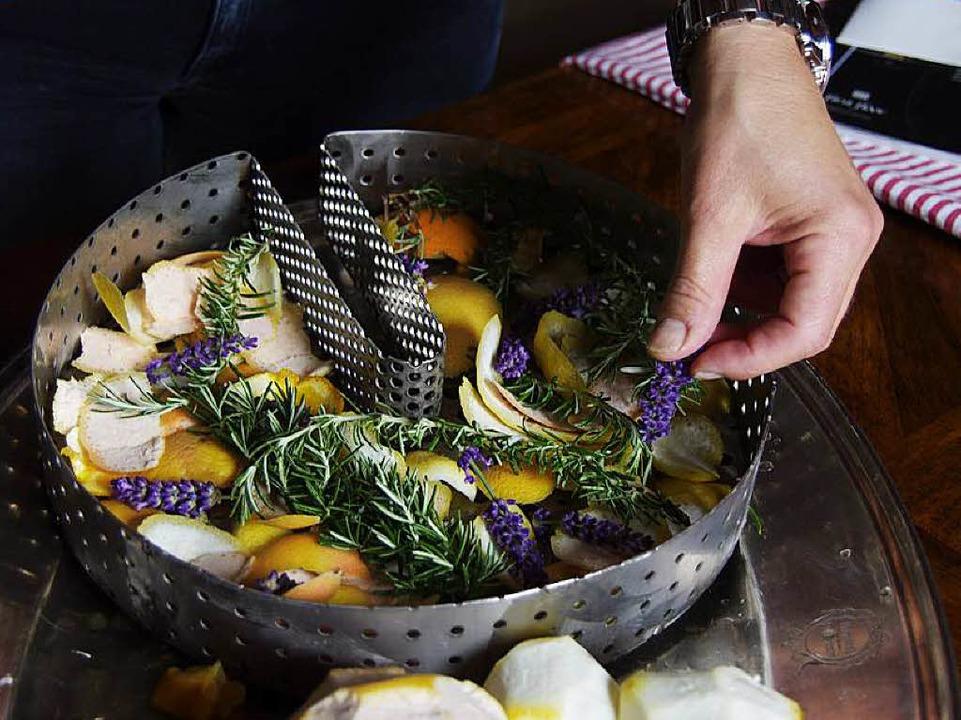 Das Geheimnis des Aromas ist nicht zul...n Zitrusfrüchten und Kräutern im Korb.  | Foto: Martin Pfefferle