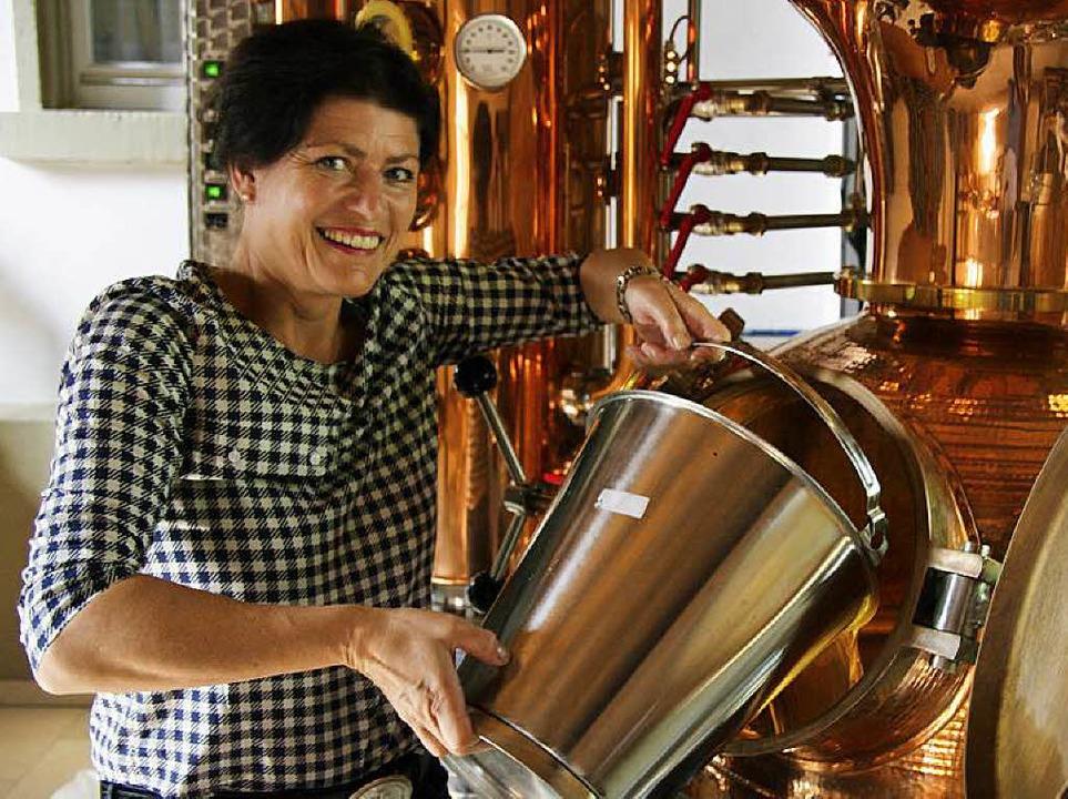 Ausgewählte Zutaten und reinen Alkohol füllt Iris Krader in den Brennkessel.    Foto: Martin Pfefferle