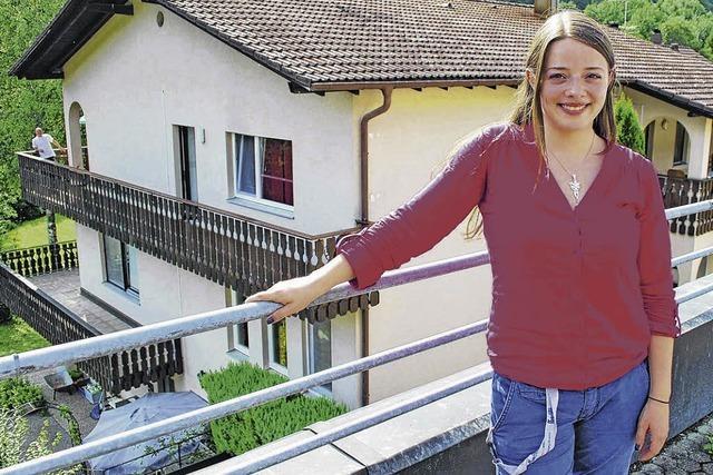 Junge Frau hilft Obdachlosen