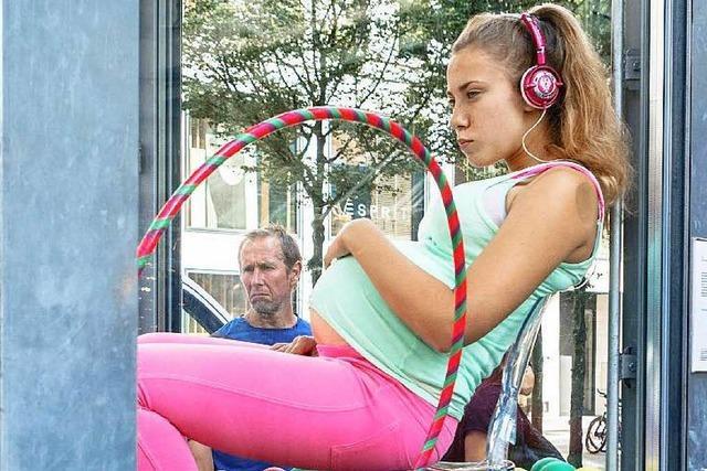 Kunst? Schwangere 15-Jährige in der Glasvitrine