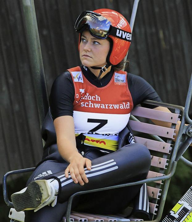 Schonhaltung: Skisprung-Olympiasiegeri...n mit Knieschmerzen auf die Schanze.    | Foto: hahne