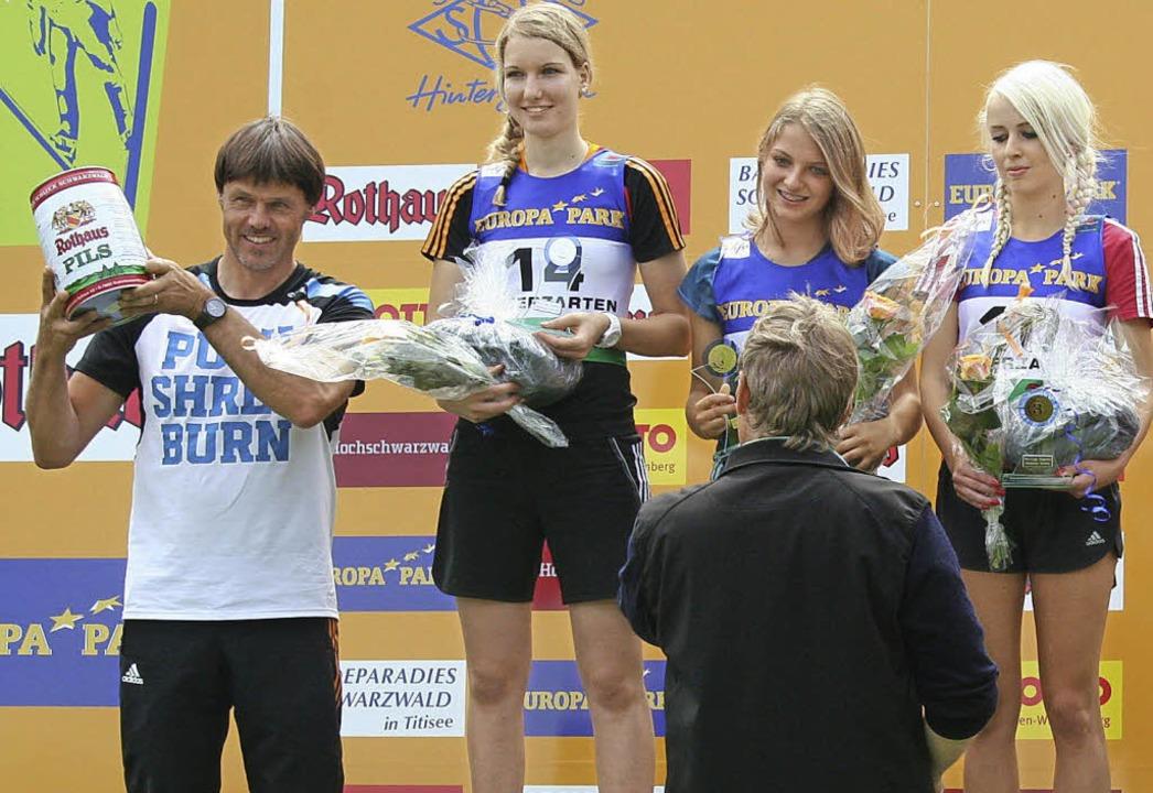 Siegerehrung mit Trainer (von links): ..., Gianina Ernst und Juliane Seyfarth.   | Foto: maurer