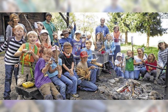 Kinder genießen das Leben im Wald