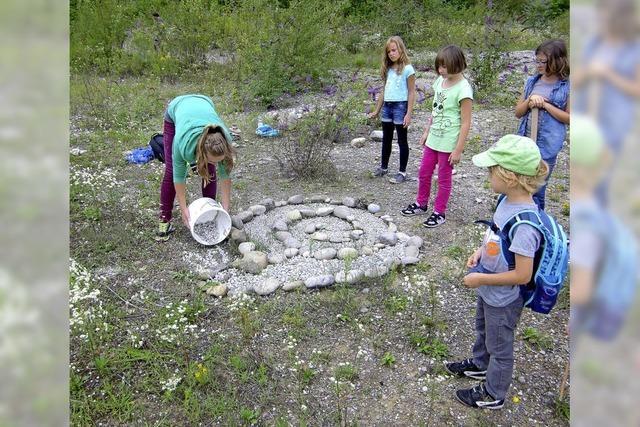 Kinder spielen mit Freude in der Natur