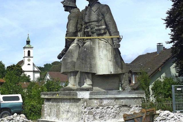 Erstes Knabbern am Kriegerdenkmal