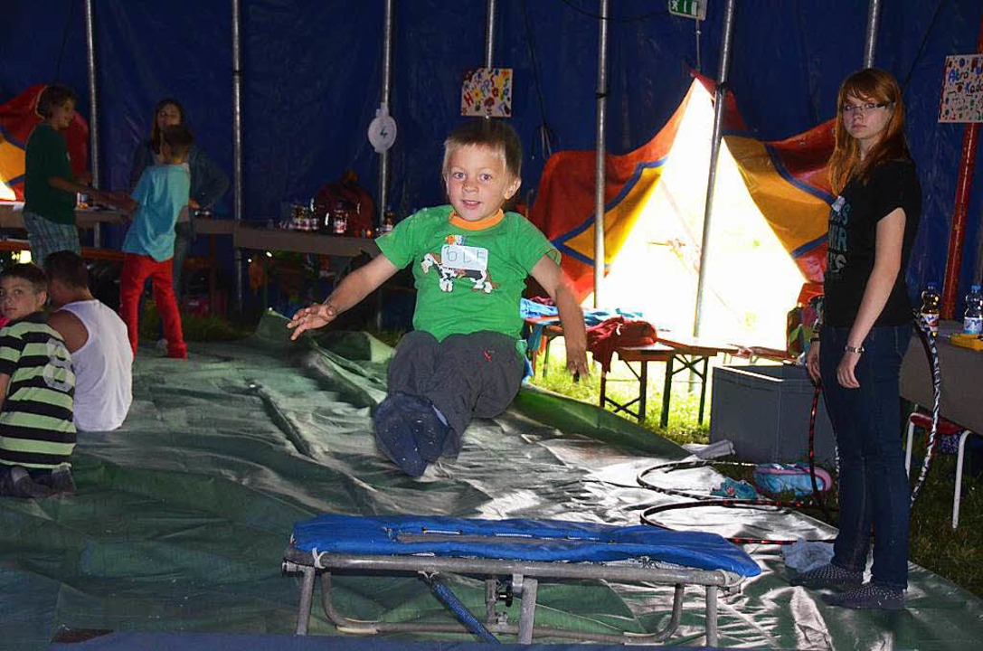 Gewagte Sprünge in  einem echten Zirku...en Kinder beim Zirkus Lamberti lernen.  | Foto: Artur Just
