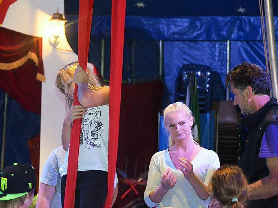 Echte Zirkusleute stehen den Kindern zur Seite  | Foto: Artur Just