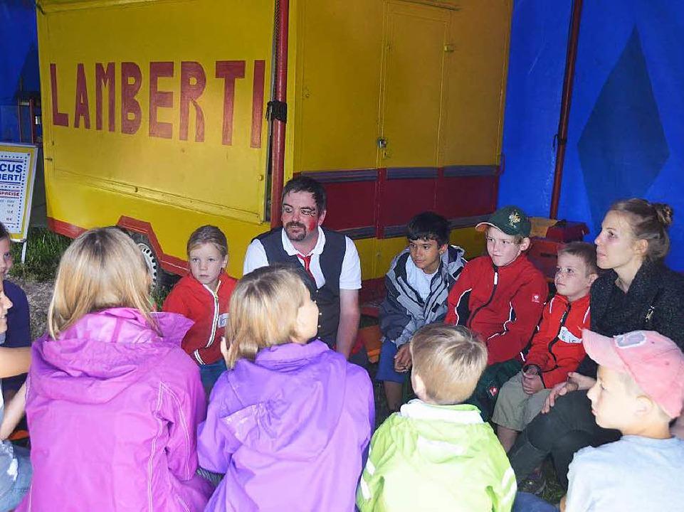 Aufmerksam hören die Kinder zu, was der Mann vom Zirkus Lamberti zu sagen hat  | Foto: Artur Just