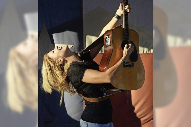 Kim Carson spielt mit ihrer Band The Enablers im Gewölbekeller des Todtnauer Rathauses