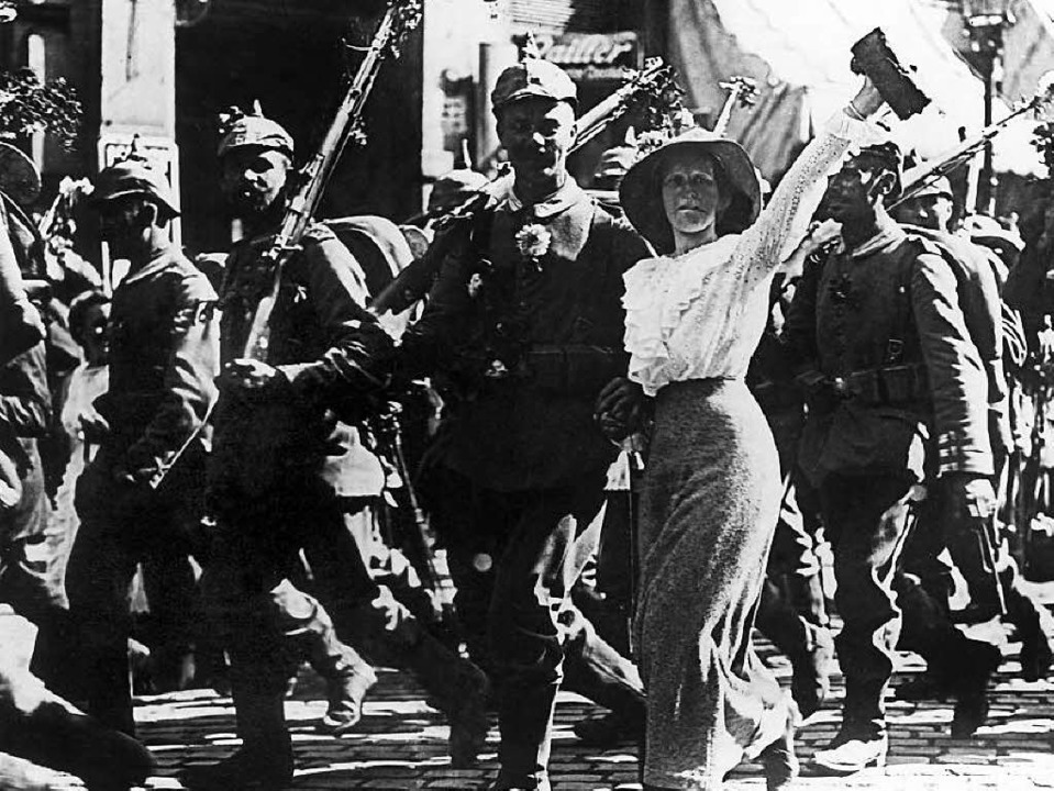 Als wär's ein Spaziergang: Deutsche Soldaten ziehen in den Krieg.  | Foto: dpa