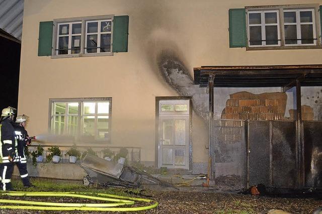Brennender Schuppen zerstört Hausfassade