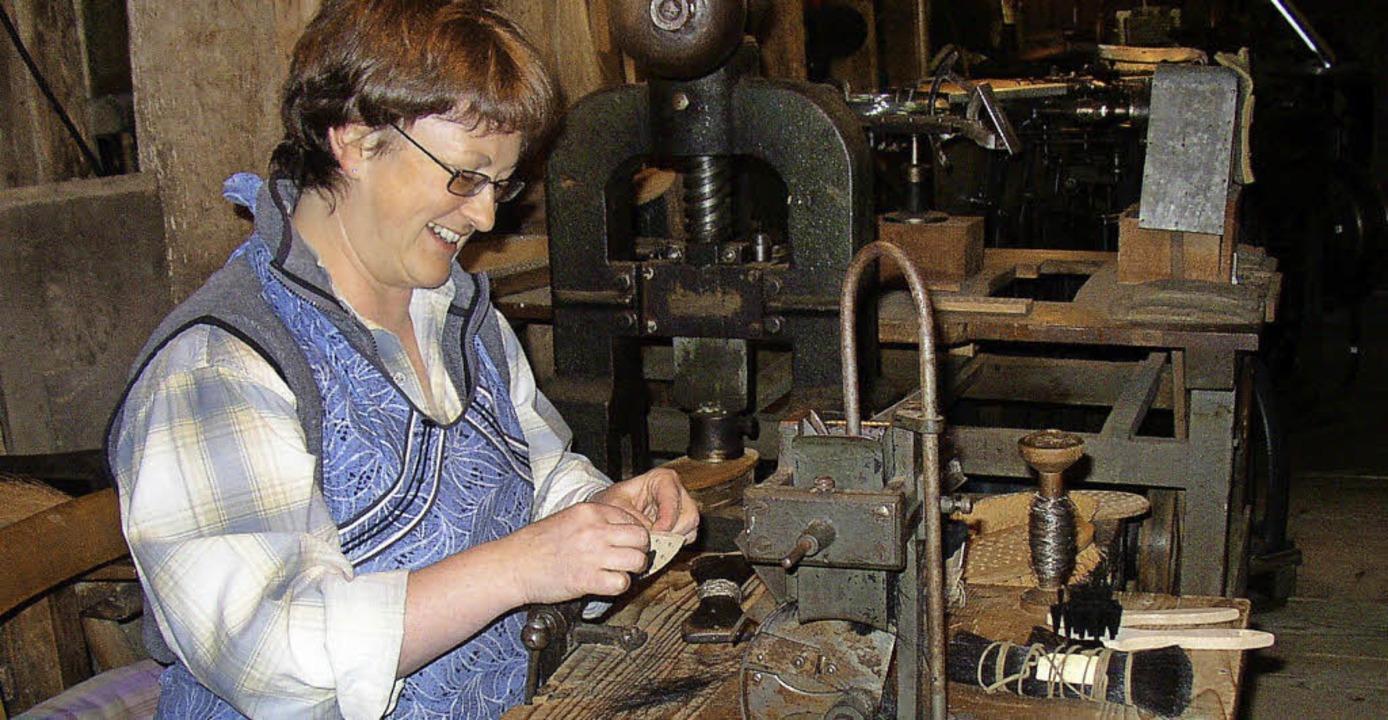 Eine Kunst für sich:  Eine Bürstenmacherin zeigt ihr Handwerk.   | Foto: Ulrike Spiegelhalter