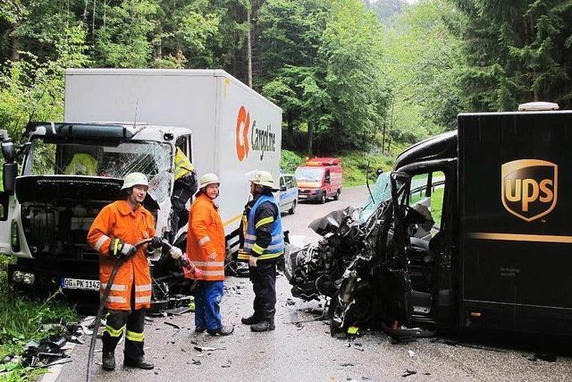Fahrer nach Frontal-Crash eingeklemmt