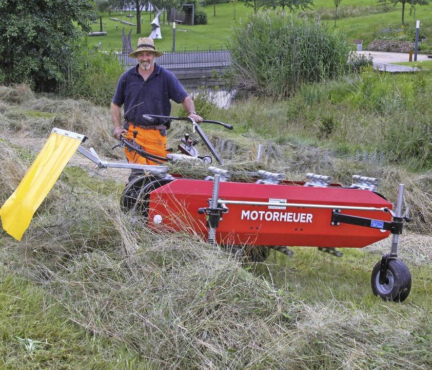 Der neue Motorheuer, den Bauhofleiter ... nicht nur im Kurpark wertvolle Hilfe.  | Foto: Chris Seifried